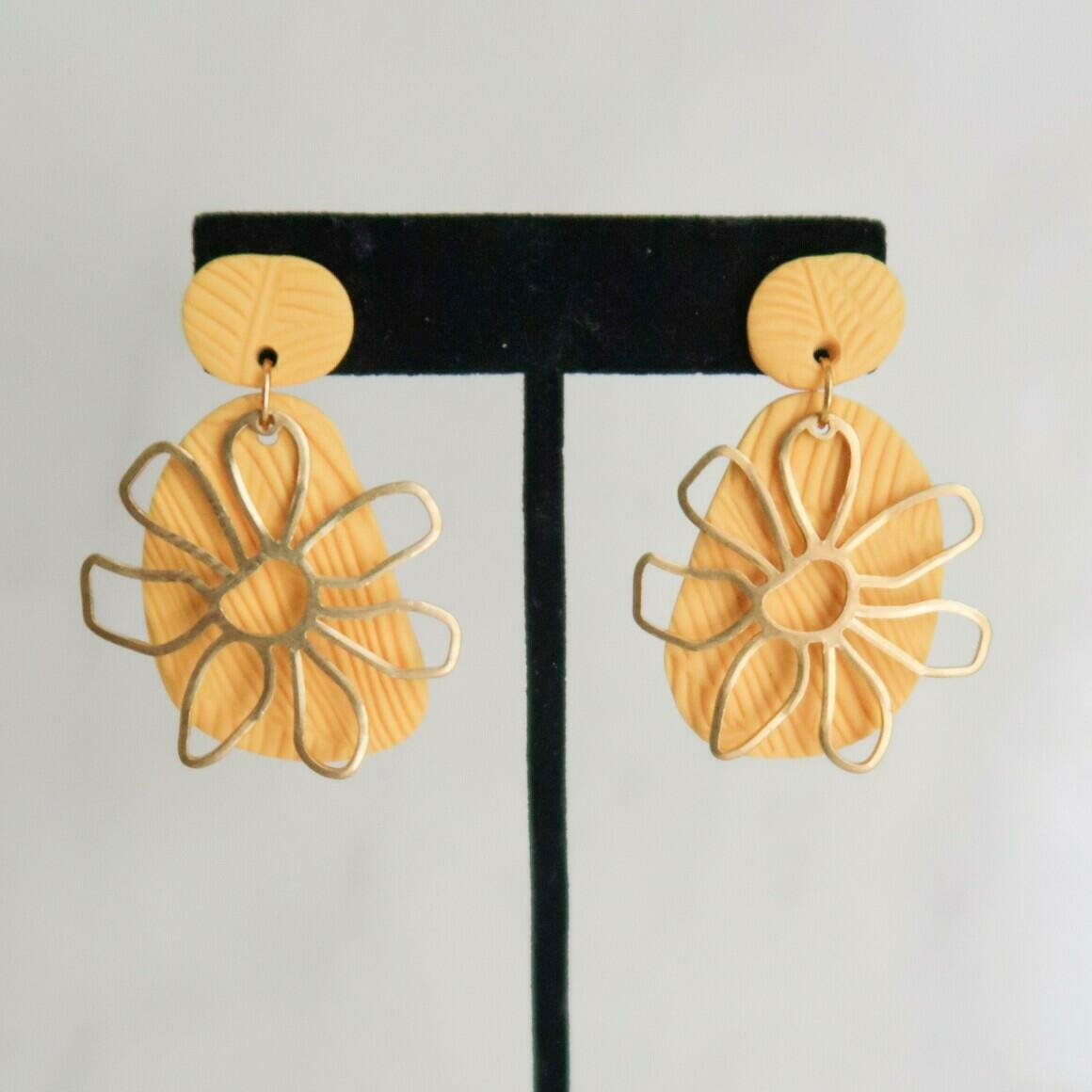 Sunny Dais with Flower - Yellow | Trada Marketplace