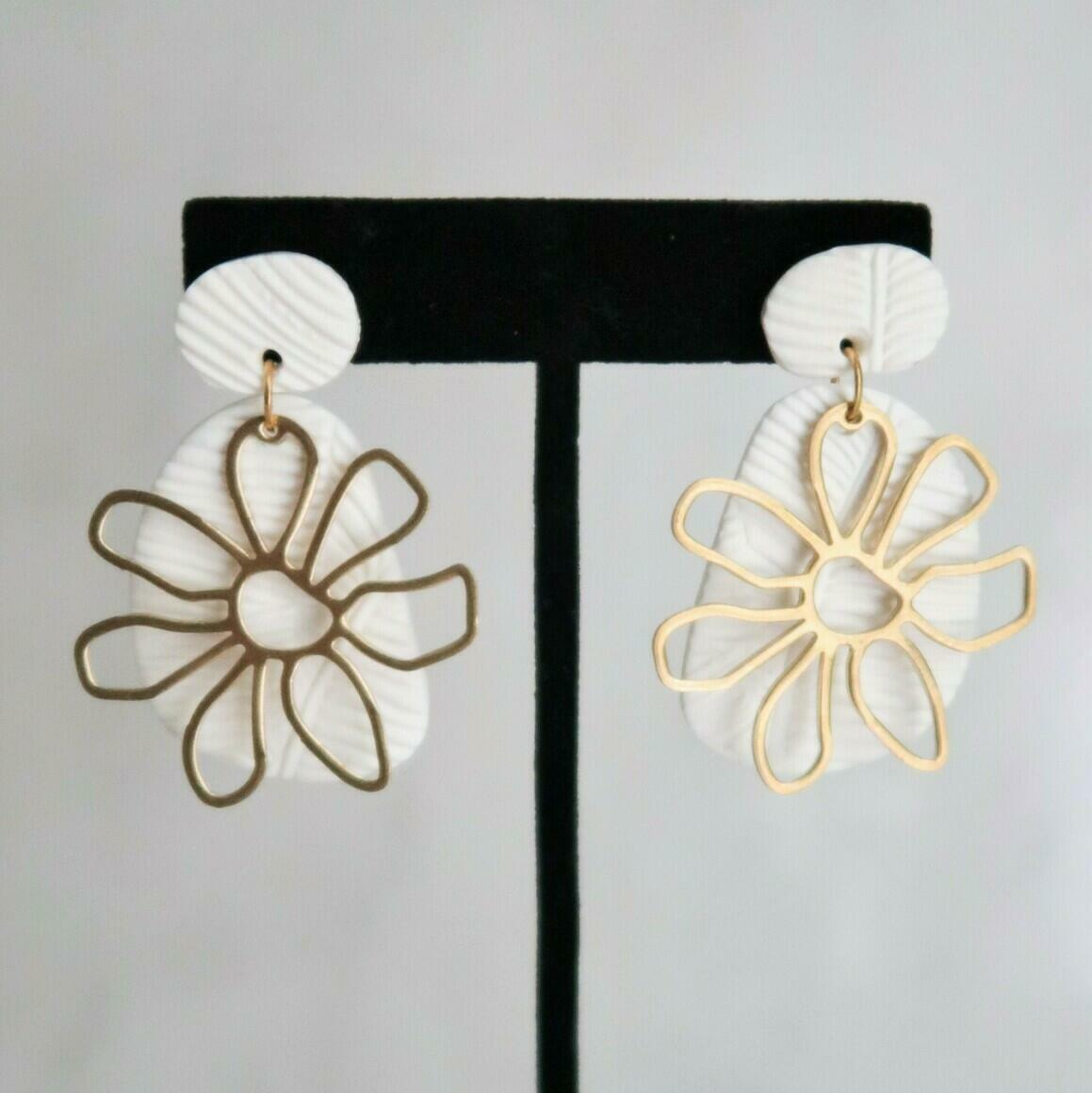 Sunny Dais with Flower - White | Trada Marketplace